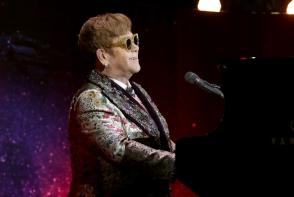 Elton John a fost lovit chiar in timpul concertului. Cu ce a aruncat unul dintre fani in artist - FOTO