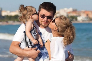 "Kristina Asmus si Garik ""Bulldog"" Harlamov au o tanara pictorita in casa. Anastasia a desenat portretul mamei sale in culori neobisnuite - FOTO"