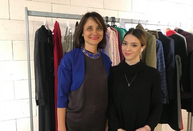 Mai multi tineri pasionati de lumea modei participa la un eveniment fashion, unde concureaza pentru o cariera de succes in afara tarii. Cu ce creatii deosebite isi doresc specialistii sa impresioneze juriul - VIDEO