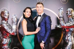 Cristiano Ronaldo si Georgina Rodriguez, surprinsi in ipostaze intime. S-au sarutat pasional si s-au lasat fotografiati in cada - FOTO