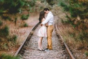 Cei doi iubiti s-au sarutat, s-au luat de mana si au sarit in fata trenului, ingrozind multimea. Afla care ar fi fost motivul