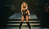 Britney Spears a exagerat, aratand penibil pe covorul rosu. Abia se putea misca intr-o rochie prea scurta si stramta - VIDEO