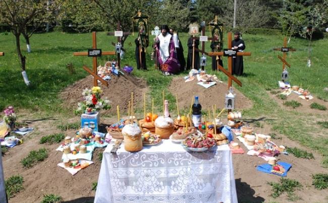 Pastele Blajinilor, ziua in care se aduna toate rudele la locul de veci al celor dragi, trecuti in nefiinta. Cat de des vin moldovenii la cimitir, dar si ce pomeni au oferit in acest an - VIDEO