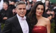 Amal a iesit la plimbare cu unul dintre gemeni. Vezi si tu cat de mult seamana bebelusul cu George Clooney - FOTO