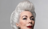 Este fotomodel la 60 de ani. Romanca despre care vorbeste intreaga lume. A colaborat cu Bvlgari, Chanel si Louis Vuitton - VIDEO