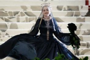 Madonna, acoperita de cruci la MET Gala 2018. A fost cea mai scandaloasa aparitie - FOTO