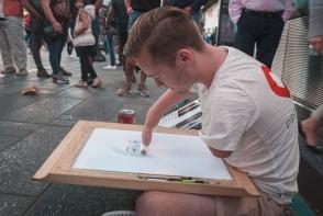 Desi nu are maini, nu renunta la visul lui de a desena portrete hiperrealistice. Vezi cat de talentat este - VIDEO