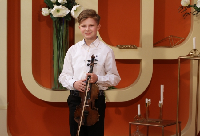 "Uneori canta cu forta, iar acum participa la concursuri internationale. Catalin Advahov a impartasit amanunte din viata unui artist in devenire: ""Vedeam cum copiii se joaca afara la aer, iar eu trebuia sa cant la vioara..."" - VIDEO"