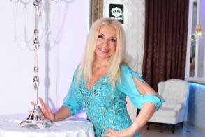 Ludmila Balan si-a etalat picioarele intr-o rochita periculos de scurta si mulata. Vedeta arata senzational la 60 de ani - FOTO