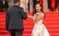 Adriana Lima, super sexy la Cannes. Rochia cu crapatura adanca pe picior a pus-o in dificultate - FOTO