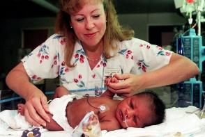 O femeie a gasit un bebelus sub o piatra: