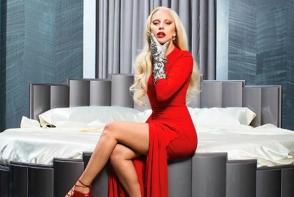 Lady Gaga a revenit! Diva si-a facut aparitia intr-o rochie din latex rosu la cel mai recent eveniment - FOTO