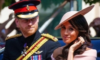 Un video amuzant cu Meghan si Harry starneste zambetele tuturor. Printul ii spune sotiei cand sa se inchine in fata Reginei - VIDEO