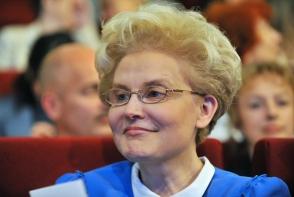 Elena Malyshova a slabit si arata incredibil! Uite ce talie subtire are, la  57 de ani - FOTO