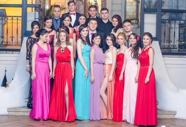 O zi cu adevarat speciala pentru absolventii de la gimnaziul-internat din satul Carpineni! Elevii nu s-au recunoscut cand s-au vazut in oglinda - VIDEO