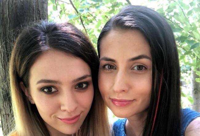 De ziua internationala a selfie-ului, Diana Mocanu si Alina Plingau descopera toate trucurile pentru a obtine fotografia perfecta - FOTO
