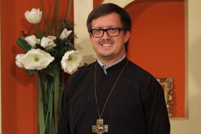 Preotul Maxim Melinti, sanctionat pentru toleranta fata de activistii LGBT. Mitropolia Moldovei l-a dezis de crucea pectorala - VIDEO