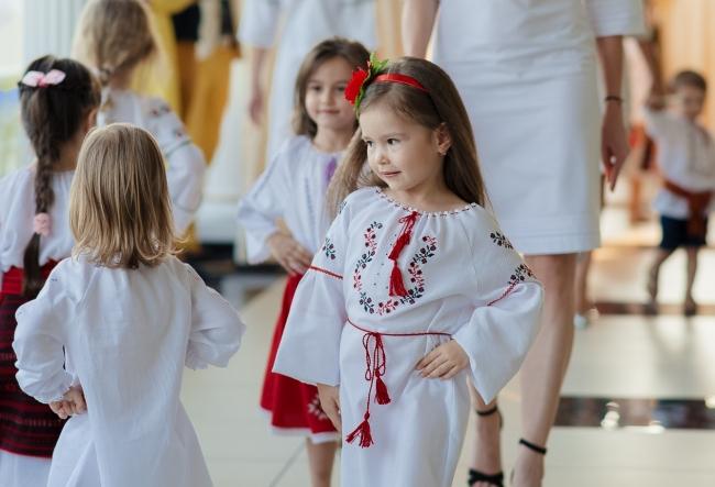 Inca nu au pasit pragul scolii, dar deja pasesc ferm pe podium. Cat de adorabile pot fi modelele de doar 2 ani anisori - VIDEO