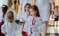O prezentare de moda neobisnuita la Summer Party, inspirata din portul traditional romanesc. Modelele de doar 2 ani anisori au creat un adevarat spectacol - VIDEO