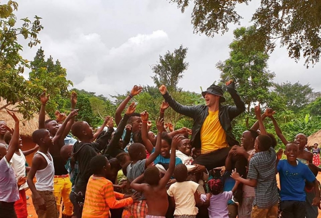 Dan Balan, alaturi de o groaza de copii pe cel mai fierbinte continent.  Ce-o fi facand artistul printre picii din Africa? VIDEO