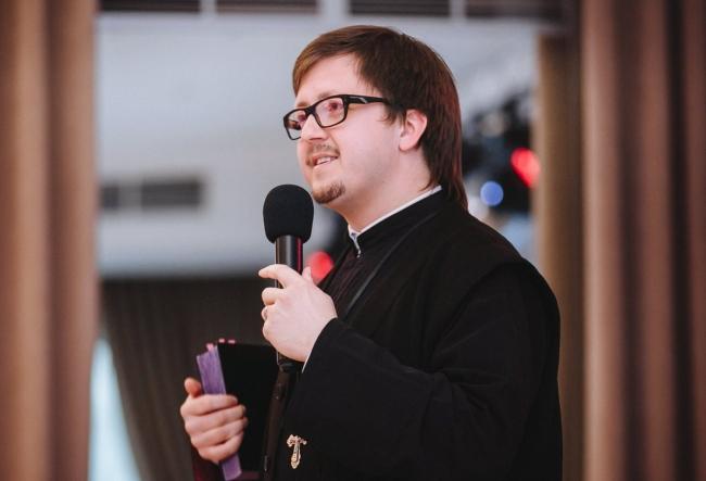 Oprit sa oficieze liturghii acum cateva zile, preotul Maxim Melinti a iesit in fata presei pentru a-si spune punctul de vedere. Iata ce dezvaluiri a facut parohul - VIDEO