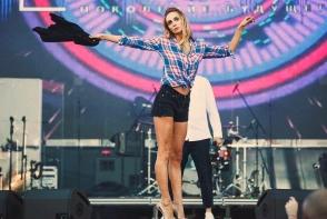 Ekaterina Varnava, peripetie amuzanta la Chisinau! Actrita a fost cat pe ce sa cada in culisele scenei, din cauza tocurilor inalte - VIDEO