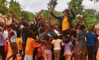 Dan Balan calca pe urmele Angelinei Jolie? Cantaretul a fost surprins alaturi de o multime de copii, in Africa - VIDEO