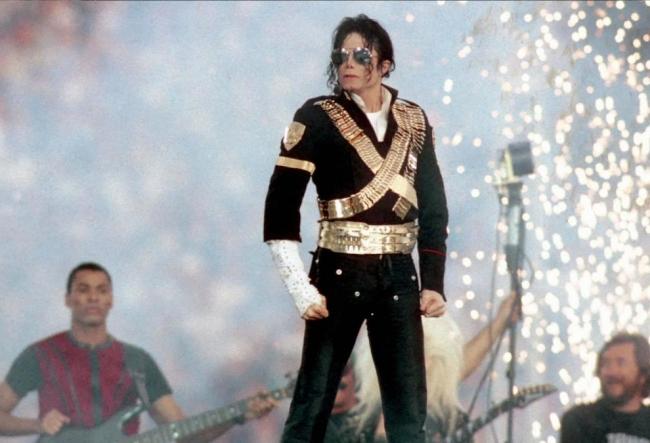 O seara doar despre Michael Jackson, intr-o cafenea din capitala. Vezi care au fost surprizele petrecerii, dar si cum s-au distrat cei prezenti - VIDEO