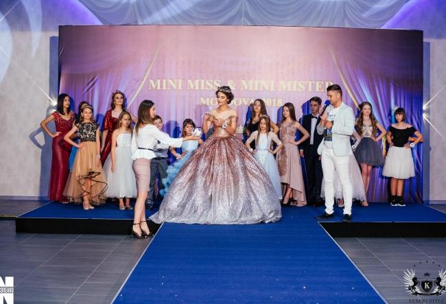 Sunt frumosi, talentati si se viseaza defiland pe cele mai celebre podiumuri din lume! Cui i-a fost oferit titlul de Mini Miss si Mini Mister Moldova? VIDEO