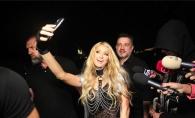 Cum s-a distrat Paris Hilton, alaturi de romani. Blonda a trecut printr-un accident vestimentar - FOTO