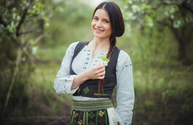 """Stela Botez a lansat videoclipul piesei """"Pe imas pe langa Prut"""".  Vezi cine mai apare alaturi de interpreta in clip - VIDEO"""