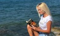 Ce citesc vedetele pe plaje insorite? Iata care sunt cele mai populare lecturi in vacanta - FOTO