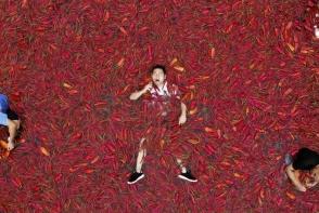 Un chinez a devorat 50 de ardei iuti in mai putin de un minut. Vezi ce a urmat - FOTO