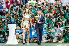 Natalia Vodianova a inmanat trofeul Campionatului Mondial de Fotbal, intr-o rochie la fel de stralucitoare ca acesta. Tinuta e semnata de o renumita casa de moda - FOTO