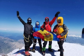 Si-au pus viata in pericol, insa au demonstrat ca sunt invingatori! Din cei 10 moldoveni, doar 4 au cucerit cel mai inalt munte din Europa, Elbrus - VIDEO