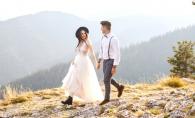 O nunta cum nu s-a mai vazut la moldoveni! In botine si geaca de piele, mireasa a escaladat un munte - GALERIE FOTO
