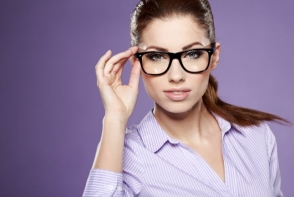 Stil pe care ti-l poti permite, calitate pe care o poti vedea! Optica Farmacia Familiei iti sugereaza cum sa alegi o pereche de ochelari - VIDEO