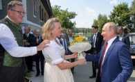 Vladimir Putin, prezenta controversata la nunta unui ministru austriac. Vezi ce cadou a adus - VIDEO