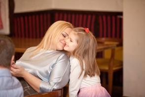 Petrecere de nota 10 la doar 10 ani! Iata cum a sarbatorit ziua de nastere la karaoke fiica Cristinei Scarlat - VIDEO