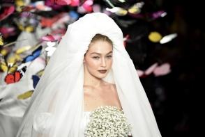 Modelul Gigi Hadid a defilat in cea mai spectaculoasa rochie de mireasa la Milan Fashion Week. Tu ai imbraca asa ceva? FOTO