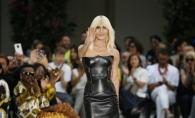 A venit sfarsitul brandului Versace? Celebra casa de moda va fi cumparata - FOTO