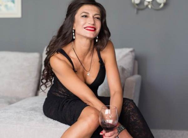 Alcoolul si femeile, o combinatie ametitoare! Afla ce fel de vinuri prefera vedetele de la noi - VIDEO