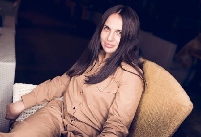 """Otilia Sotropa: """"Acolo sunt multe costume masculine si cumva ma reprezinta"""". Care este perioada care o inspira cel mai mult pe designerul vestimentar? VIDEO"""