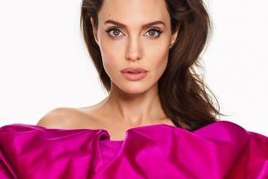 De la bruneta la blonda fatala! Angelina Jolie este greu de recunoscut  la varsta de 43 de ani - FOTO