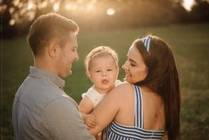 O superba sedinta foto de familie, realizata de Dumitru Slonovschi. Iata care e trucul fotografului, pentru ca bebelusul sa fie cuminte - VIDEO