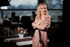 Tendinte in lumea modei! Xenia Bugneac iti spune care sunt printurile si culorile vedeta in acest sezon si daca mai porti cizmele peste genunchi - VIDEO