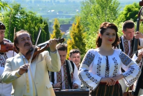 "Solista Tatiana Jacot, despre orchestra Lautarii: ""E foarte greu, dar si usor sa lucrezi cu familia Botgros"" - VIDEO"