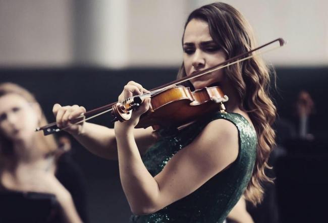 Canta la o vioara de aproximativ 1 milion de euro si pleaca-n turnee cu titanii muzicii de la Hollywood. Violonista Rusanda Panfili a revenit acasa pentru un scop nobil - VIDEO