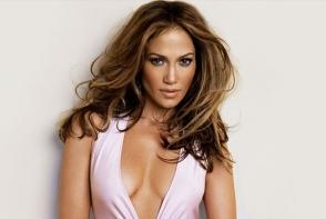 O rochie purtata de Jennifer Lopez acum 18 ani - vedeta colectiei Versace 2019! Iata cat de indrazneata este tinuta - FOTO