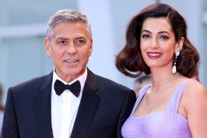 A incantat audienta! Amal Clooney, senzationala intr-o rochie decoltata, pe covorul rosu - FOTO